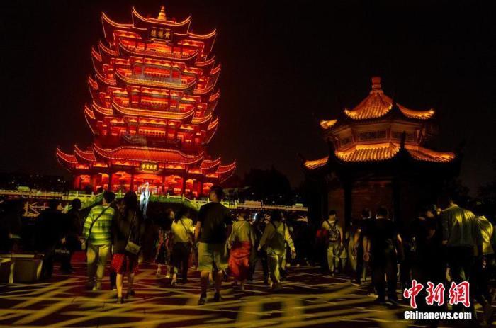 10月1日晚,武汉城市地标黄鹤楼正式开放夜间体验。中新社记者 张畅 摄