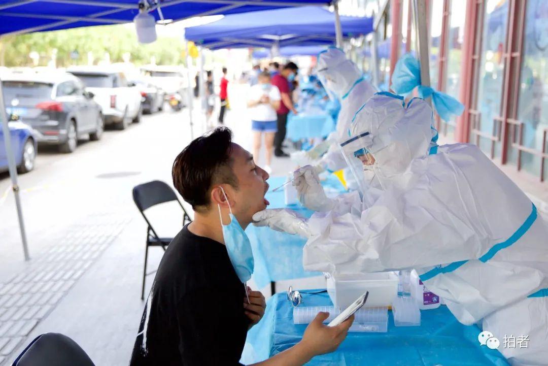 ▲6月30日,北京通州,正在進行咽拭子采集的大永。