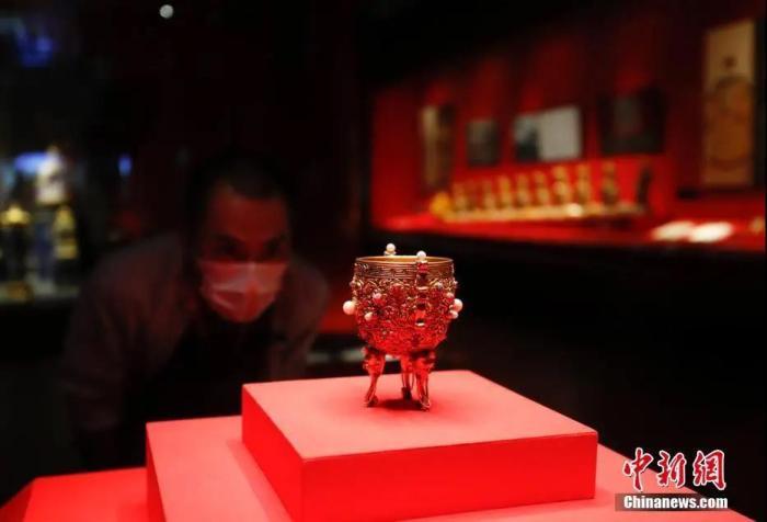 图为游客参观金嵌珠石金瓯永固杯。中新社记者 杜洋 摄