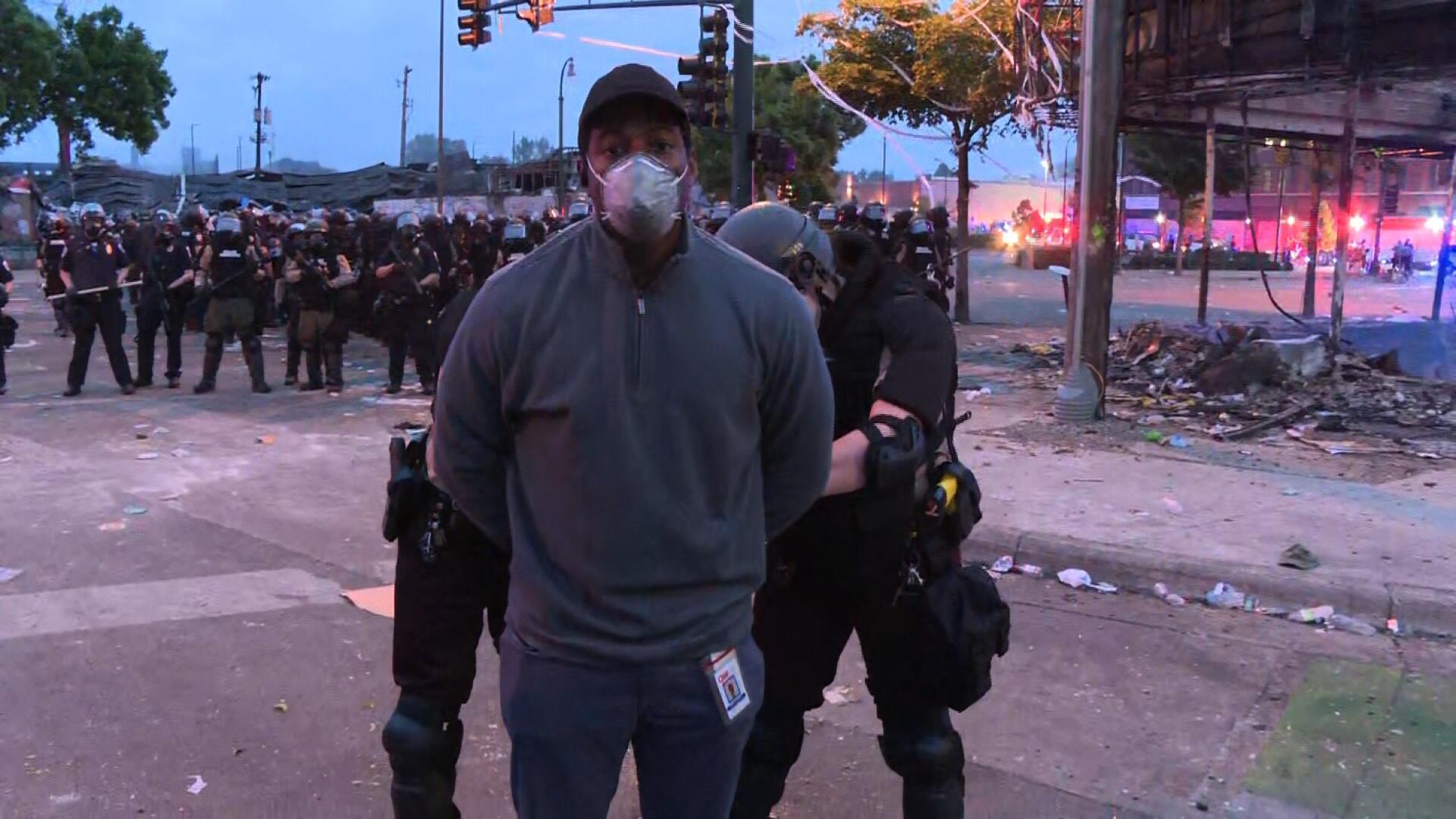 凌晨现场直播美国抗议示威时,CNN记者被警方逮捕