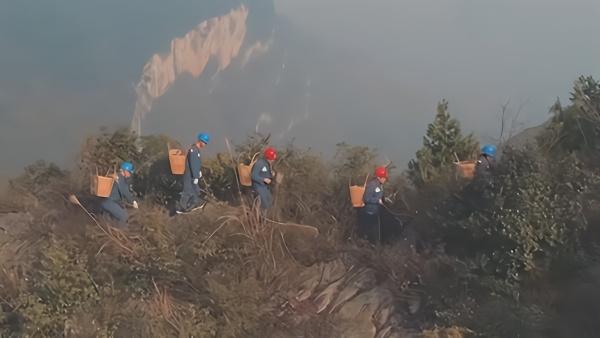 """贵州大娄山""""背夹巡线队"""":守护山区用电"""