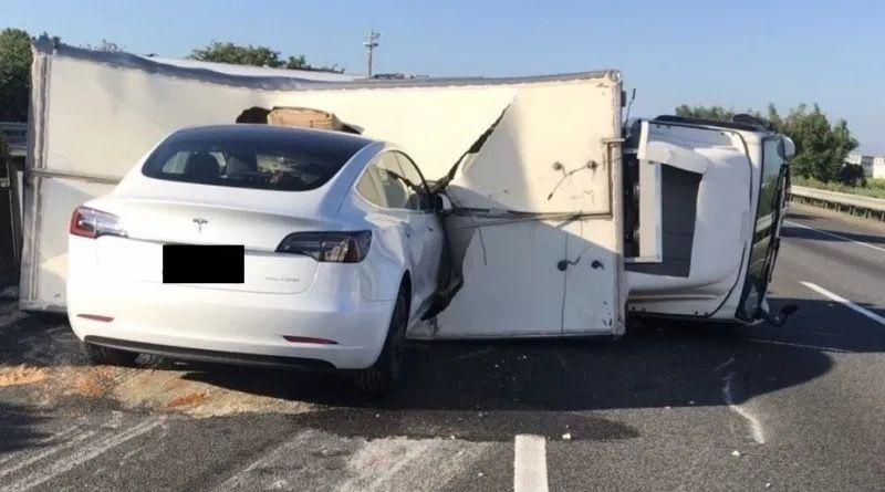2020 年 6 月,一辆处在辅助驾驶状态的特斯拉撞上了前方横着的卡车 | 网络
