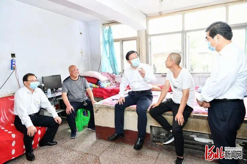 地震后,省委书记第一时间赶赴震中现场