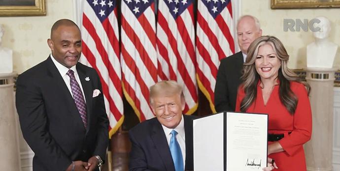 特朗普签署文件赦免庞德。