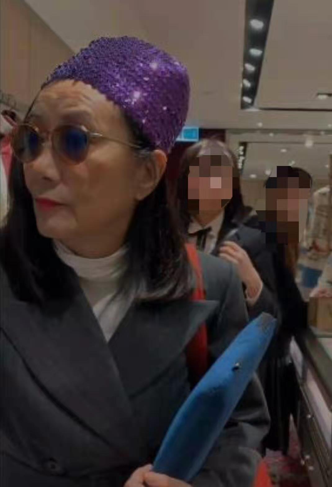 汪明荃 73岁汪明荃独自逛奢侈品店,穿着时尚脸部状态却不佳