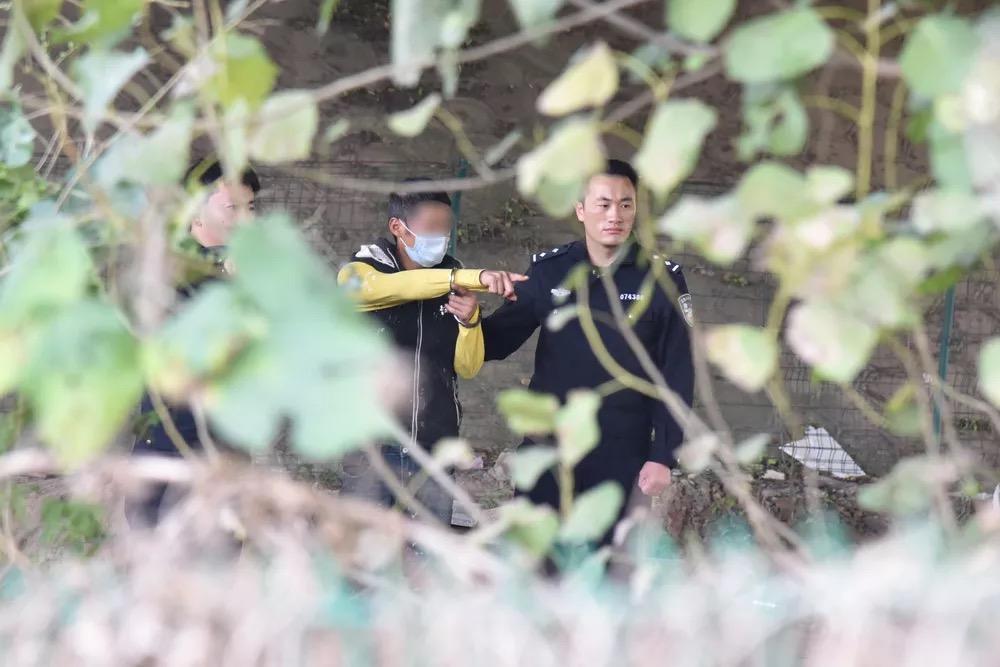 熊某飞指认犯罪现场。含山县公安局 图