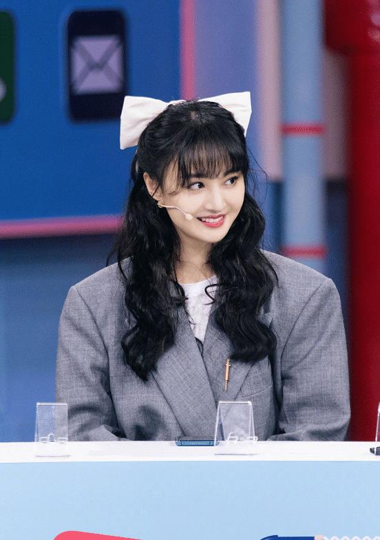 郑爽又录制新综艺节目!西装搭卷发干练又可爱,网友更喜欢她拍戏