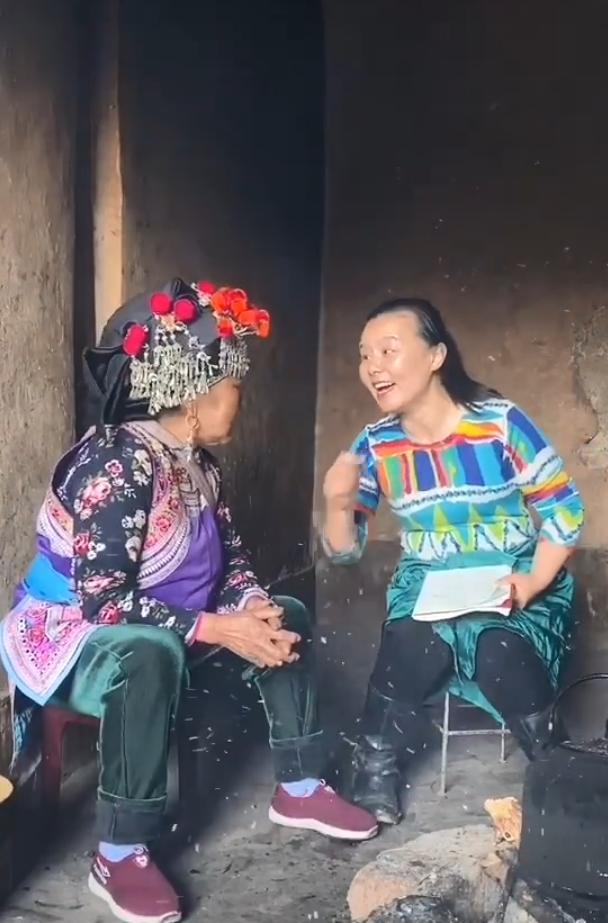 龚琳娜下乡采风向老妇人学民歌,打扮朴素毫无星架