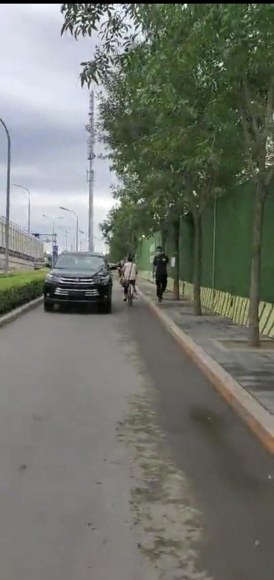 广渠路一4S店员工开无牌车在非机动车道逆行并要求行人让路,态度恶劣……当天就被北京交警处罚