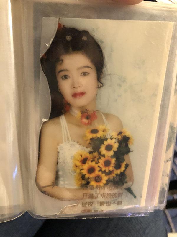 谢初明和李玉前的结婚照,李玉前的部分被剪去了。