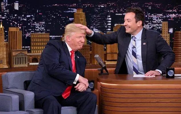 ▲特朗普在脱口秀节目上让主持人摸自己的头发。图片来自网络。