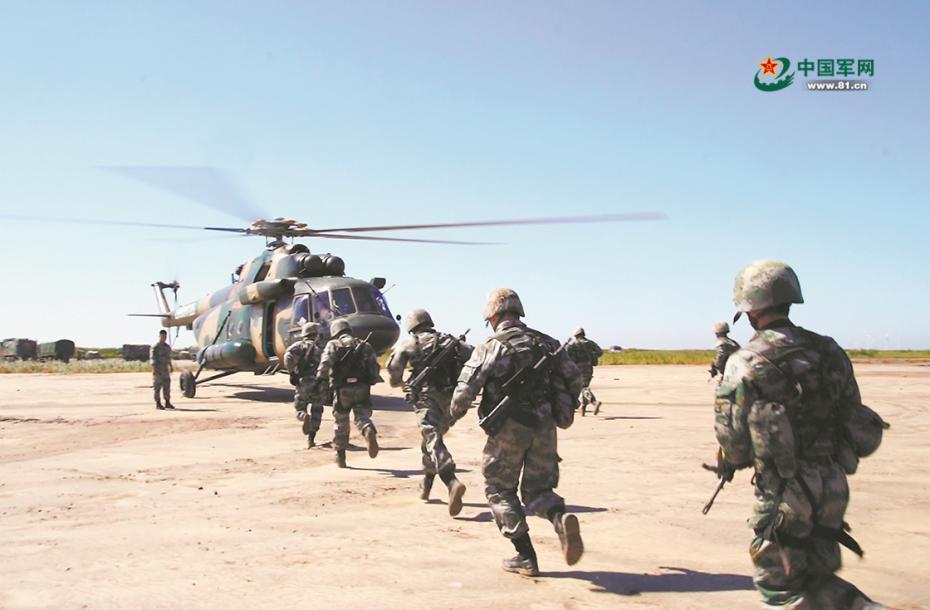 战鹰编队待命出征。蕾茜 徐 洋 陆振宝摄影报道图片来源:中国军网