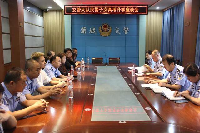 参加会议的警察表达了他们对大队的热爱