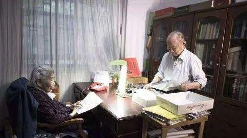 ·崔崑(右)和妻子朱慧楠