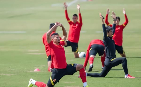 蒋光太在国足训练中。