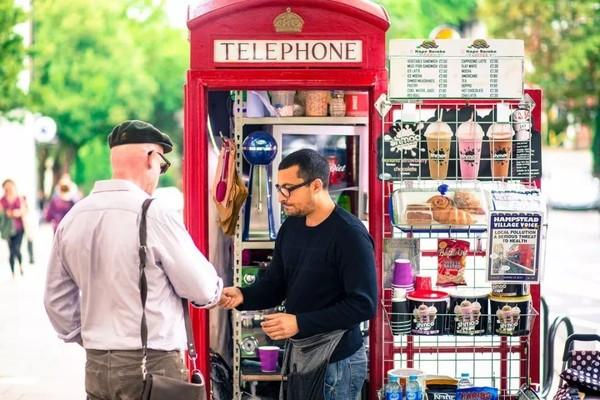 电话亭充当咖啡厅