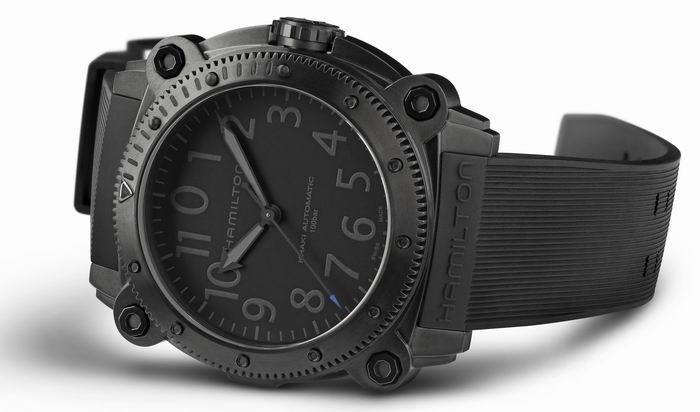 深潜(BeLOWZERO)特别版腕表,秒针色彩不同分蓝款和红款。