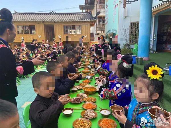 """雷山县示范性幼儿园举办""""苗年节""""庆祝活动,有网友质疑幼儿园给幼儿喝酒。当地回应称,喝的是白开水。  微博网友@中国刘杰 图"""