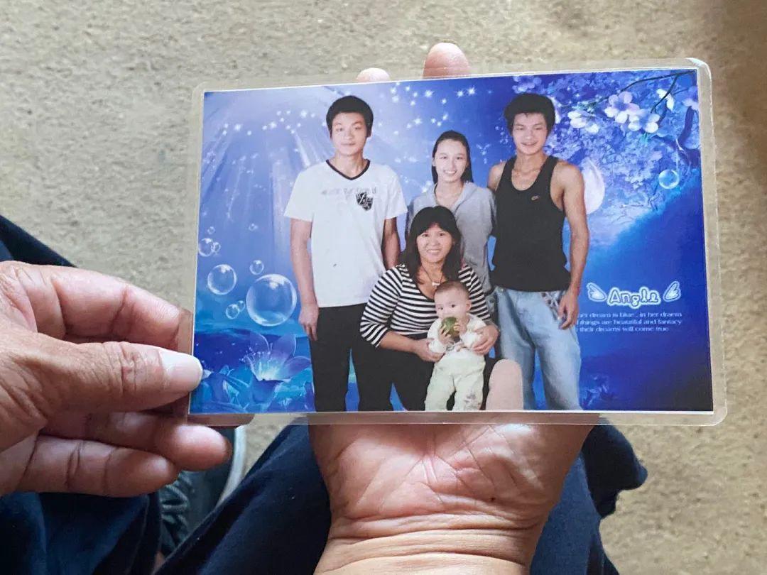 每隔一段时间,宋小女都会带着孩子们去拍照,是为了保留给张玉环看。新京报记者杜雯雯 摄