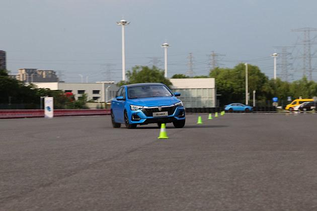 动力出色的紧凑家轿 荣威i6 MAX场地试驾
