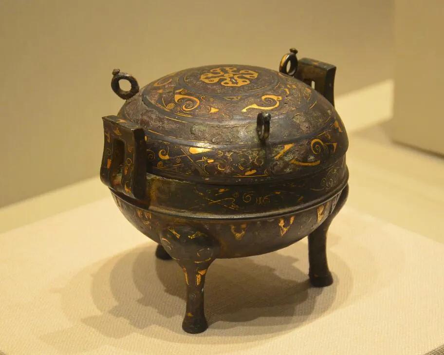 """上图_ 战国时期的""""错金银铜鼎"""",一种饪食器"""