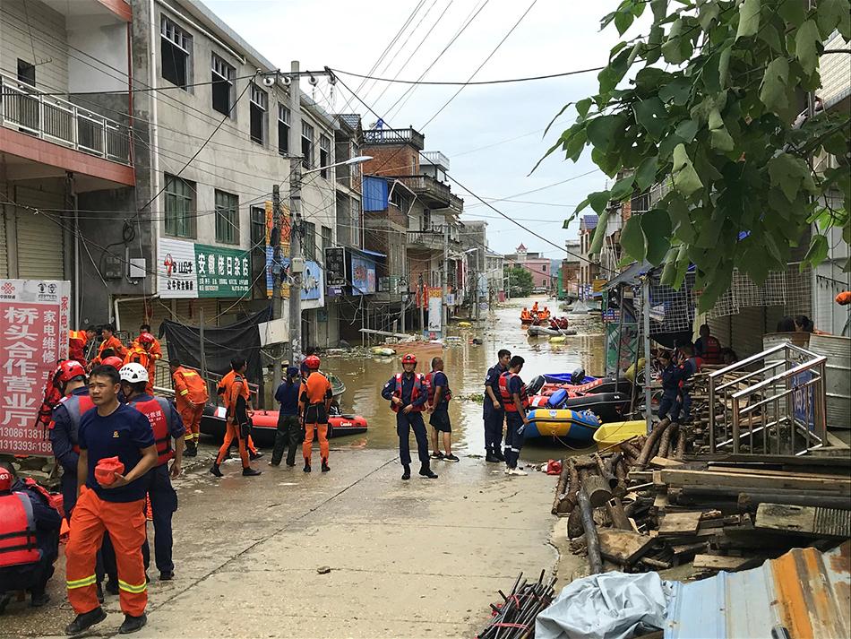 被困群众被消防人员用冲锋舟带到安全地带
