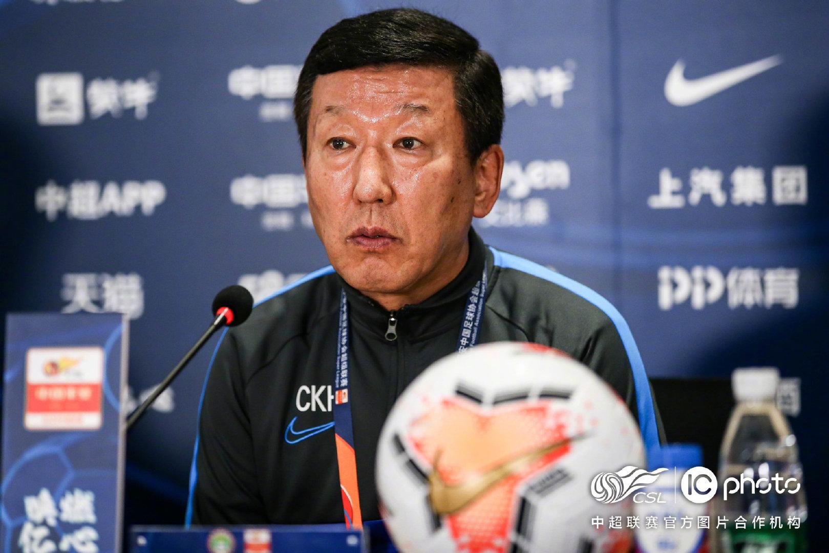 申花主帅崔康熙赛后表示,球员的拼劲让他感动。