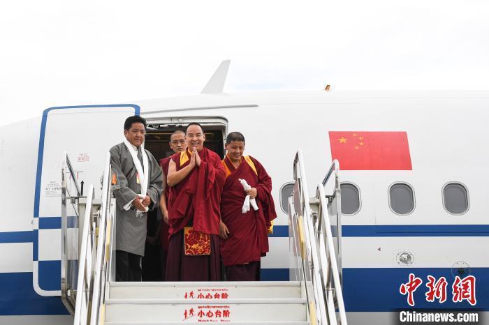 7月31日,班禅一行搭机抵达拉萨,开启2020年在西藏的各项佛事及社会活动。 何蓬磊 摄