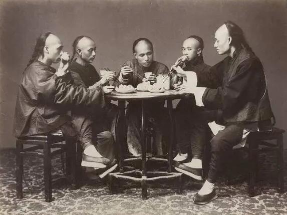 上图_ 1898年,五位清朝男子在餐桌上用餐
