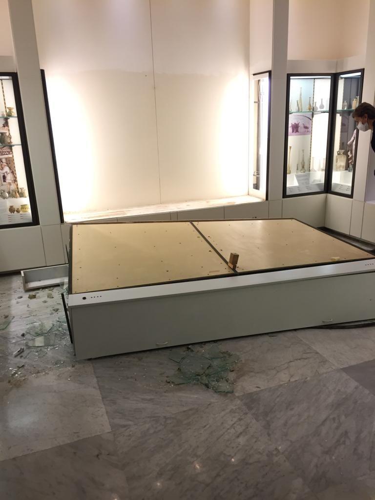 贝鲁特美国大学考古博物馆的一个倒塌的玻璃橱窗。