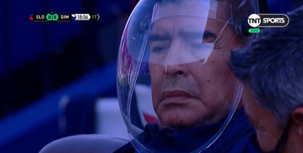 马拉多纳此前头戴隔离面具执教比赛。
