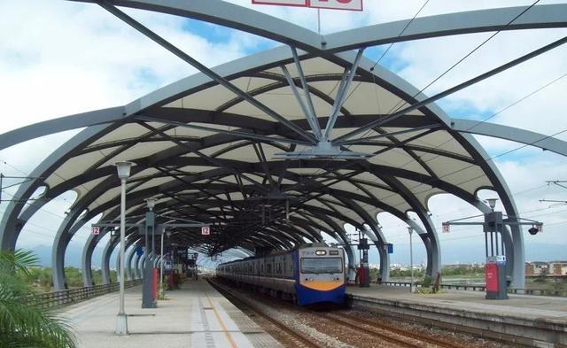 """宜兰县冬山火车站独特的""""瓜篷式""""月台设计"""