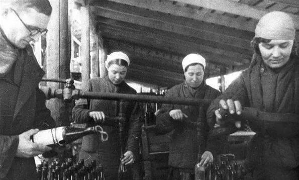 上图_ 苏联民众在后方的工厂生产