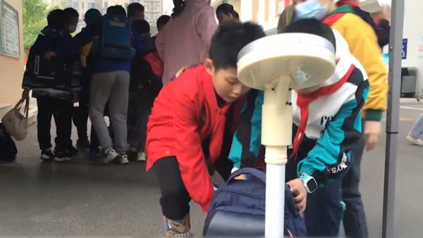 """武汉一小学实行书包""""减负"""",平均减重5至10斤"""