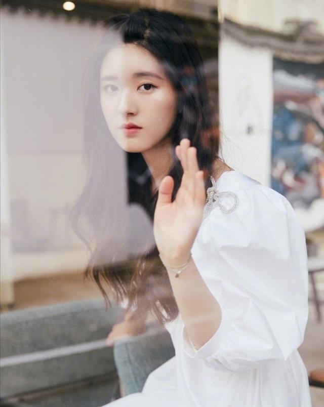 这样穿太绝了,赵露思穿白色工装秀身材,真是美到骨子里