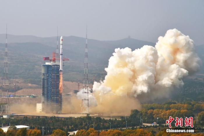 北京时间9月27日11时23分,中国在太原卫星发射中心用长征四号乙运载火箭,以一箭双星的方式成功发射环境减灾二号A、B卫星。图为长征四号乙运载火箭点火起飞。张永江 摄