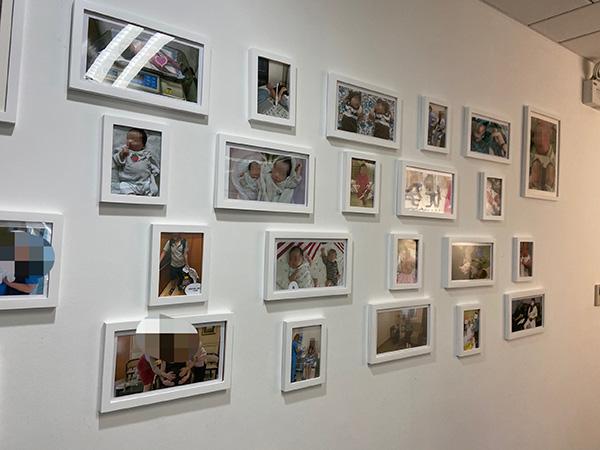 一家代孕机构的墙上,贴满了在此诞生的婴儿照片,向客户展示实力。