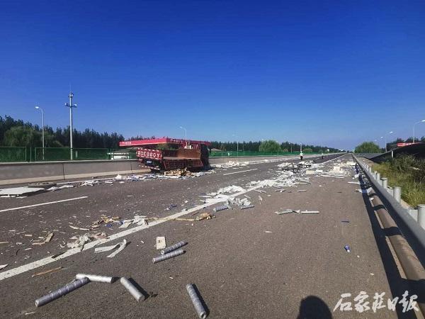 威尼斯app官方:高速交警冀州大队实时处理载重汽车爆胎和散落货物