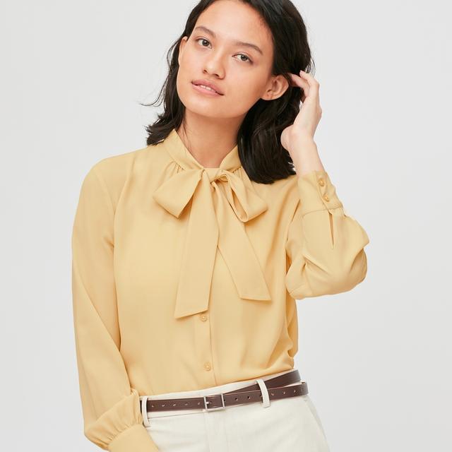 """圆领衬衫下班了,今流行王漫妮的""""海带衬衫"""",百搭时髦很女人味"""