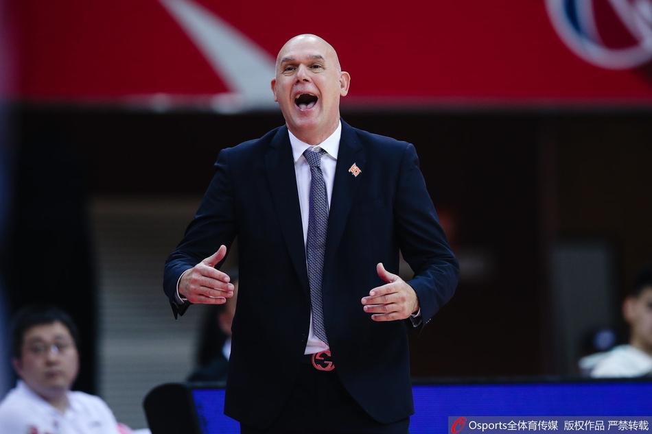 上海男篮主帅斯帕夏对球队的状态毫无办法。