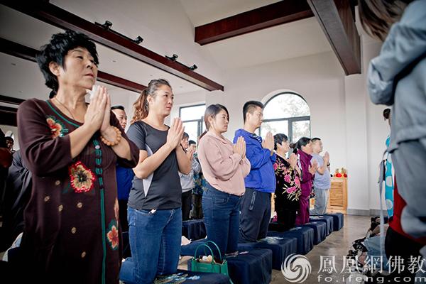 法会庄严肃穆(图片来源:凤凰网佛教 摄影:明性寺)