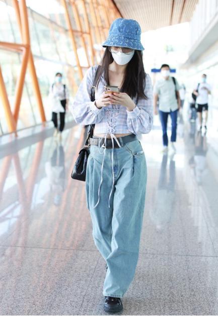 """黄圣依这""""假裤子""""挺潮,裙面上缝俩裤腿,真有""""贵妇""""派头"""