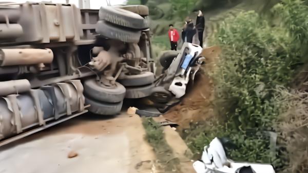 昭通一大货车侧翻埋压五菱小车,4人死亡
