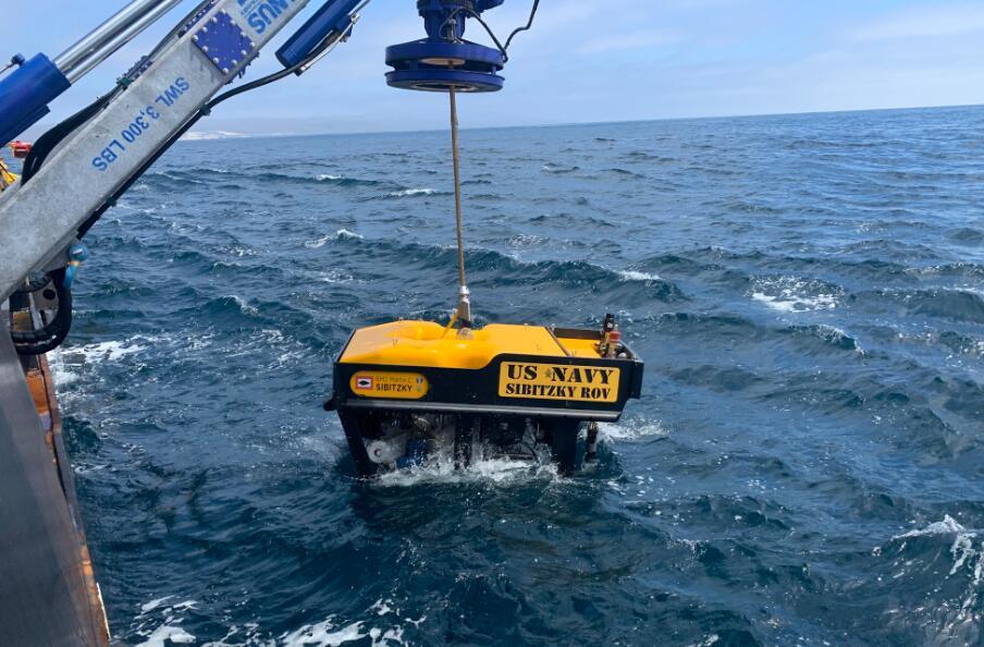 美军使用水下机器人搜索沉没的两栖战车