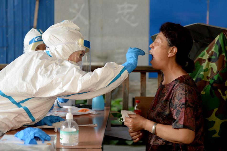 6月16日,北京广外天陶红莲菜市场附近,鸭子桥北里小区居民进行核酸检测。人民视觉 图