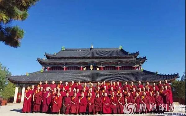 法会结束后,全体僧众在宁城法轮寺合影留念。(图片来源:凤凰网佛教 摄影:赤峰康宁寺)