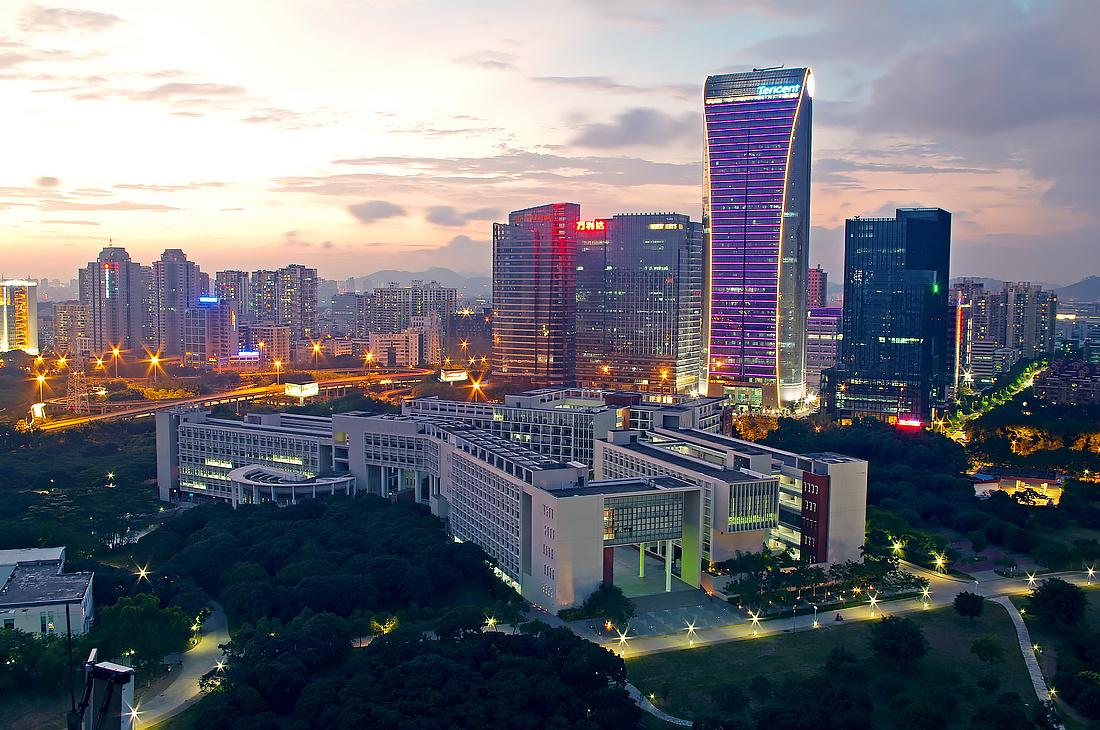20多年前的马化腾一定不会料到,自己能在深圳大学校园的北面建一座腾讯大厦,从位于顶层的办公室可以天天俯瞰校园。