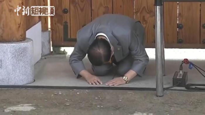 """2020年3月2日下午,韩国""""新天地""""教会会长李万熙跪地道歉。图片来源:中新视频截图"""