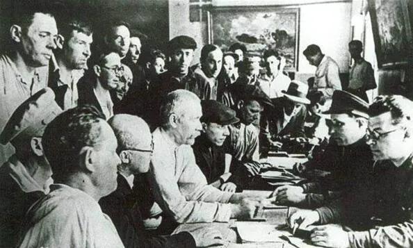 上图_ 苏联民众在登记处参军报名