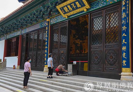地藏菩萨前(图片来源:凤凰网佛教 摄影:珠海普陀寺)